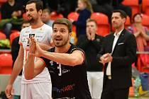 Daniel Pfeffer (v černém), libero VK ČEZ Karlovarsko.