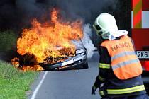 Automobil shořel v pondělí odpoledne na silnici mezi Perninkem a Merklínem.