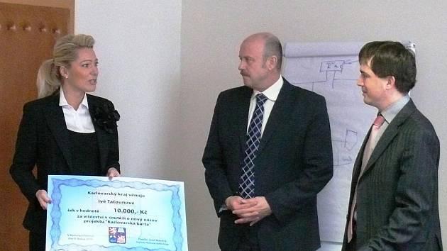 """Autorka vítězného názvu """"K3"""" Iva Taťounová z Prahy, hejtman Josef Novotný a náměstek Petr Navrátil."""