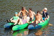 Pohoda na řece. Ohři sjíždějí mladí i starší. Příjemná dovolená prožitá v kolektivu láká všechny.