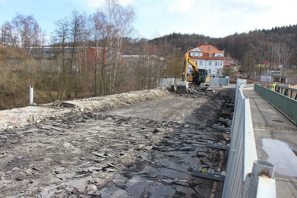 Těžká technika už najela na Dvorský most v Karlových Varech kvůli jeho demontáži. Most je uzavřen od 15. března. Nový má společnost Eurovia postavit do konce letošního roku.