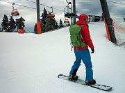 Na nejvyšším vrcholu Krušných hor Klínovci byly v provozu dvě sjezdovky. Vyzkoušet si je přijeli nejen zkušení a ostřílení lyžaři, ale i úplní začátečníci.
