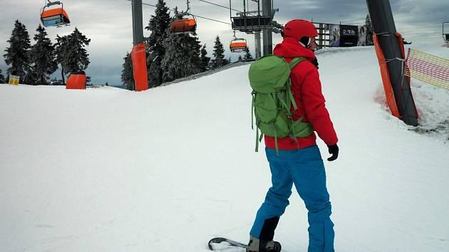 I přes jarní počasí se na horách stále lyžuje, například na Klínovci.