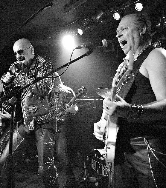 K poctivé revival kapele patří i poctivá image. Frontman Halford revival jako by z oka vypadl pravému pěvci z Judas Priest.