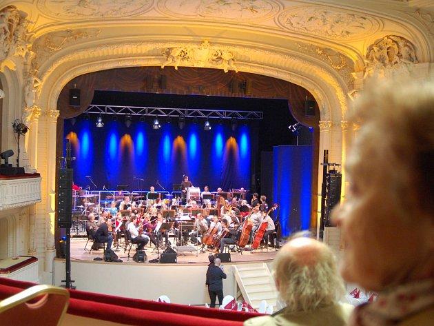 KARLOVARŠTÍ symfonici nyní koncertují v Národním domě. A tamní sál svědčí nejenom orchestru, ale také publiku.