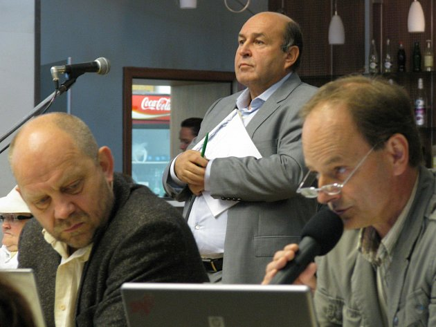 Šéf Golf Resortu Vlastimil Argman (uprostřed) se snažil zastupitelům objasnit, jak to s golfem je.
