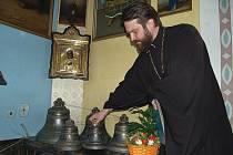 Nové zvony, které Nikolaj Liščeňuk (na snímku) vysvětí 17. června, váží 550 kilogramů a jsou už vystaveny v kostele.