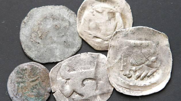 Žena objevila historické mince v historické hodnotě kolem jednoho milionu korun.