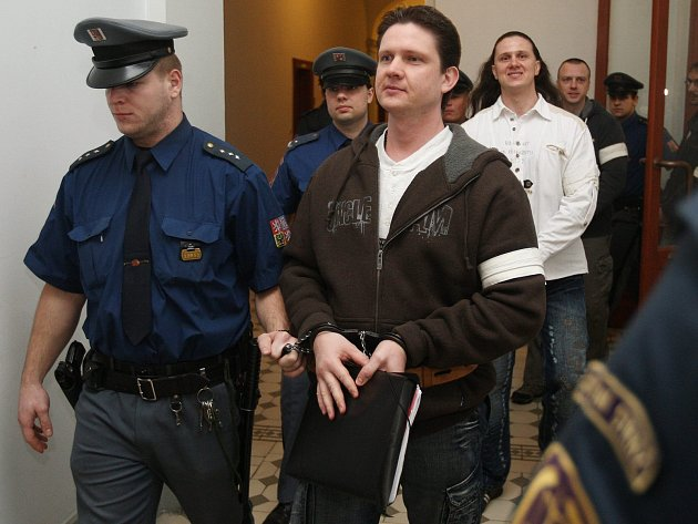 Osvobozený Milan Zádamský (v popředí vpravo), kterého obžaloba vinila ze založení a vedení vyděračského gangu na Karlovarsku, chce po státu 14 milionů korun jako odškodnění za nemajetkovou újmu.