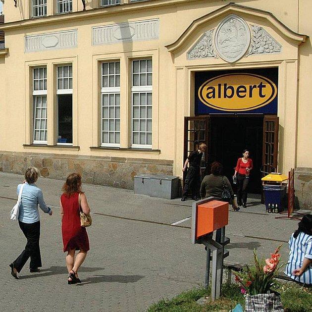 Lidé, kteří vysedávají před Městskou tržnicí a popíjí tu alkohol, dali ve čtvrtek prodejně Albert vale.