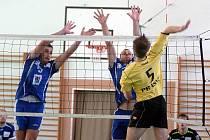 Ve druhém dvojkole druhé volejbalové ligy si hráči VK Karlovy Vary (v modrém) připsali nad Mladou Boleslaví ( ve žlutém) dvě výhry 3:0 a 3:2.