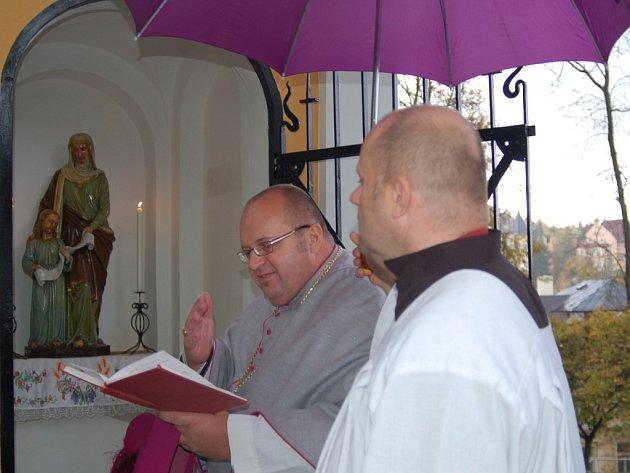 Děkan Jiří Hladík světí Schwarzovu kapli. Ta je nyní zasvěcena svaté Anně.