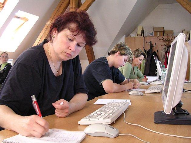 Naučit se pracovat s počítačem mohou zájemkyně v Modenské ulici v tamější škole zdarma.