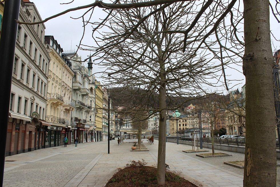 Prázdné ulice v lázeňském centru Karlových Varů poblíž hotelu Pupp.