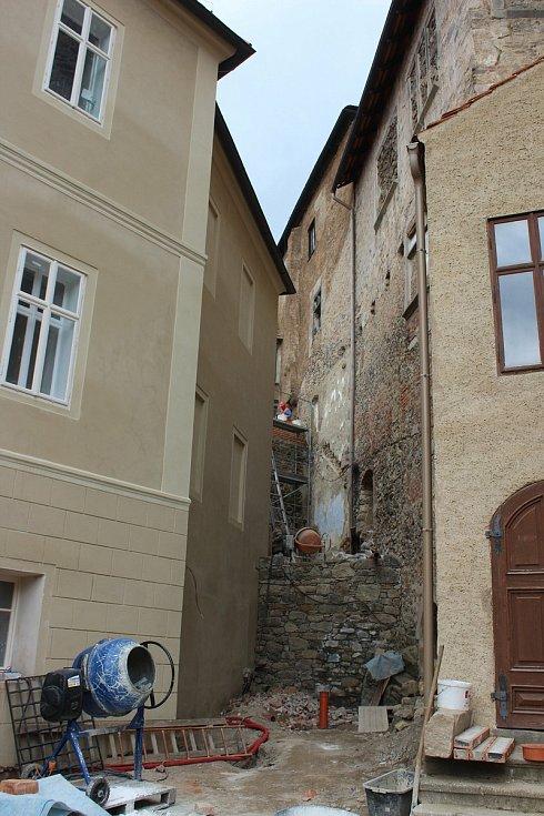 Hrad i zámek v Bečově nad Teplou prochází v současné době náročnou rekonstrukcí. I přes to se ale opět otevře pro individuální návštěvníky.