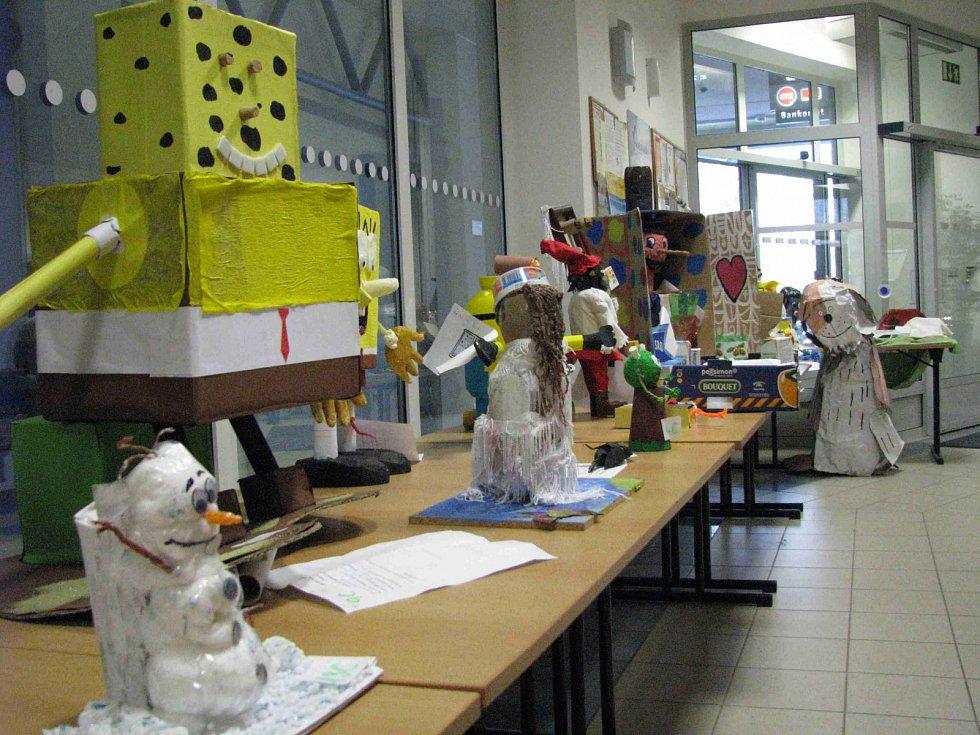 Vystavené práce žáků škol, které vznikly z odpadového materiálu.
