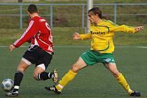 Fotbalisté 1. FC Karlovy Vary (ve žlutém) prohráli v posledním kole podzimní části České fotbalové ligy s béčkem Žižkova 2:3.