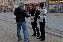 Studenti karlovarské obchodní akademie nabízeli po celý den lidem v ulicích červené stužky. Jejich koupí lidé přispěli na boj proti AIDS.