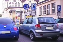 KDE PARKOVAT? Odstavit auto v Karlových Varech není vůbec jednoduché. Ať už pro obyvatele města, lidi, kteří sem přijíždějí za prací, nebo jeho návštěvníky. Místa se nedostává.