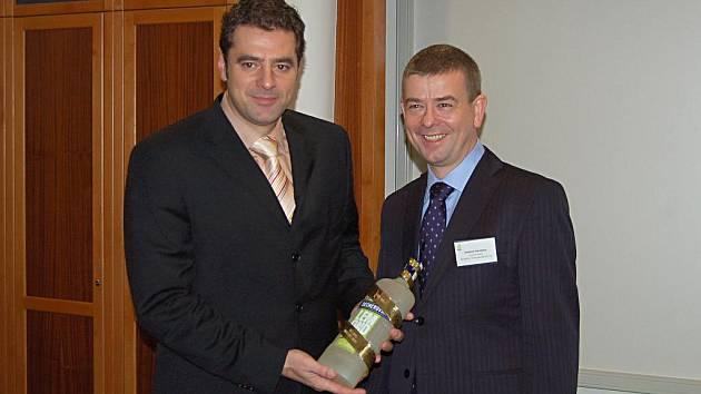 Miliontý litr Becherovky Lemond obdržel karlovarský primátor.