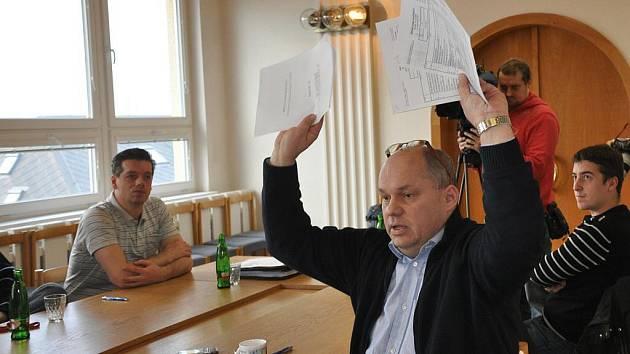 Generální manažer HC Energie při tiskové konferenci na magistrátu