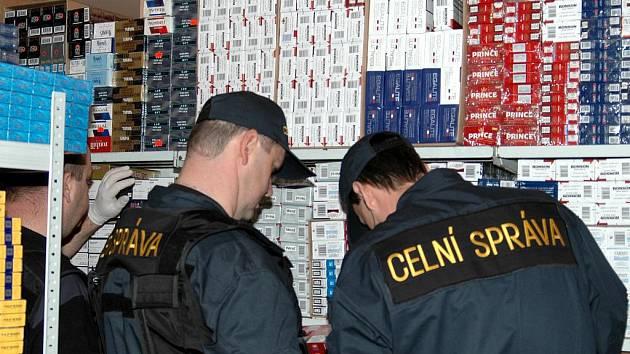 Kontrola celníků na tržnici v Potůčkách