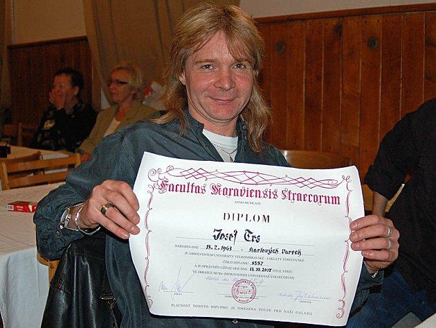 Zvukař Josef Trs je na titul MUStr., kterým se pyšní pouze stréci, náležitě hrdý.