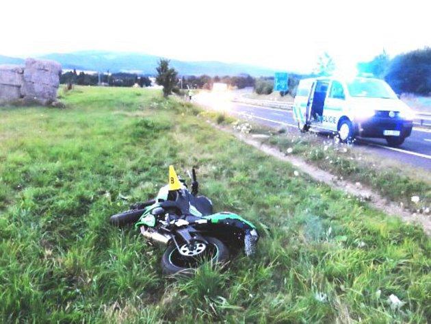 Opilý řidič motorky skončil v poli. Vyvázl s lehkým zraněním.