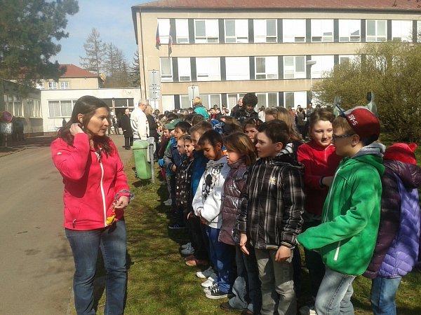 Na příjezd prezidenta čekaly před Gymnáziem a obchodní akademií Chodov desítky dětí