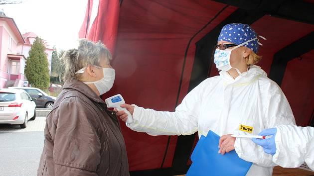KRAJSKÁ ZDRAVOTNÍ JEDNIČKA V AKCI, primářka emergency Dagmar Märzová, měla na starosti i zahájení provozu stanu, který slouží jako jediný vstup do karlovarské nemocnice. V něm zdravotníci měří všem příchozím teplotu.