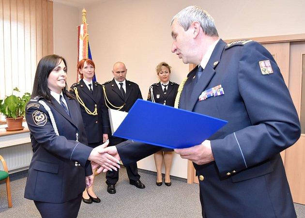 ŘEDITEL KRAJSKÝCH HASIČŮ udělil třinácti příslušníkům medaile za věrnou službu.