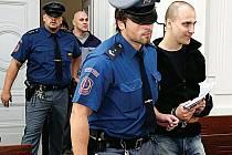 Už je doma. Zdeněk Hanzelín z takzvaného zločineckého gangu Zádamského byl v pátek propuštěn z vazby na kauci na svobodu. Za mřížemi strávil rok a půl.