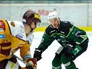 Hokejisté HC Energie (v zeleném) hostili Jihlavu. Martin Rohan