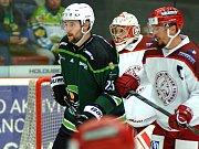 Hokejisté HC Energie Karlovy Vary (v zeleném) hostili v prvním kole WSm ligy celek Frýdku - Místku.