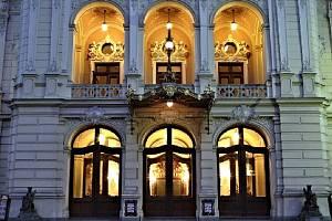 Karlovarské divadlo se stále vylepšuje. Teď přijdou na řadu tapety.