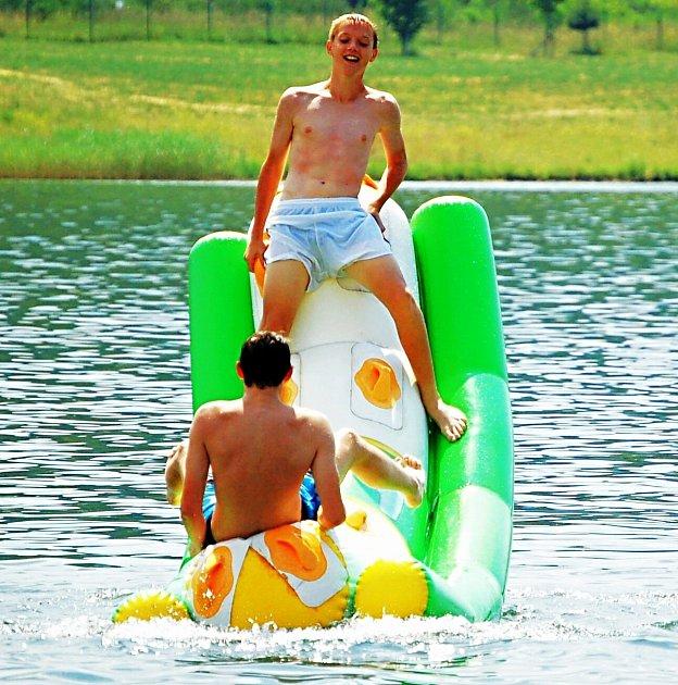 LÁKAVÉ ATRAKCE. Na koupaliště Michal láká lidi nejen kompletní zázemí, ale také řada atrakcí umístěných ve vodě.