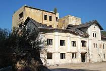 KDYSI PROSPERUJÍCÍ pivovar připomínají jen ruiny, které dělají ostudu čtvrti Rybáře.
