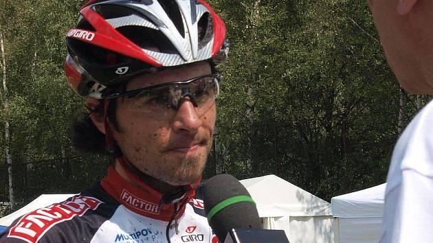 Robert Novotný z teplické stáje Factor bike team si dojel pro suverénní vítězství v hlavním závodě na 50 kilometrů.