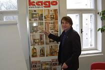 ROMAN ULLMANN, vedoucí obchodu a marketingu společnosti Kago pro Českou republiku a Slovensko, ukazuje sortiment výrobků, které firma nabízí