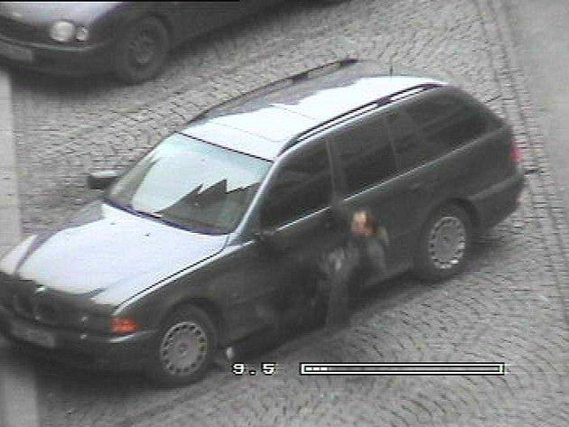 Mladíka kamera zachytila zrovna v okamžiku, kdy ukopl zrcátko zaparkovaného auta.