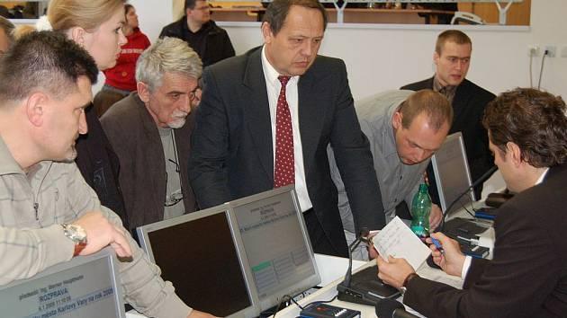 Rozprava šéfů klubu. Kvůli rozpočtu se museli během jednání zastupitelstva sejít u primátora Wernera Hauptmanna (vpravo) i šéfové politických klubů, aby ho projednali v užším vedení.