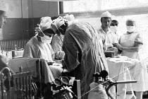 Operační sál karlovarské chirurgie v roce 1968: Zleva u anestezie - MUDr. Král, skloněn nad operačním stolem a nad apendixem je MUDr. Máj. U okna, ten bezvousý mladík je autor textu – Ladislav Nykl.