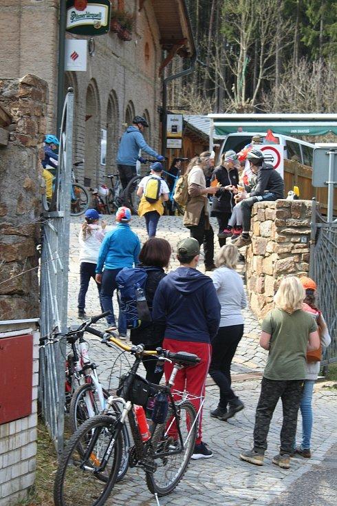 V neděli, poslední den, kdy platilo opatření kvůli uzavřeným hranicím, zažívalo oblíbené turistické místo ve Svatošských skalách hotový nápor výletníků. Ti sem dorazili na kolech, kolobežkách i pěšky.