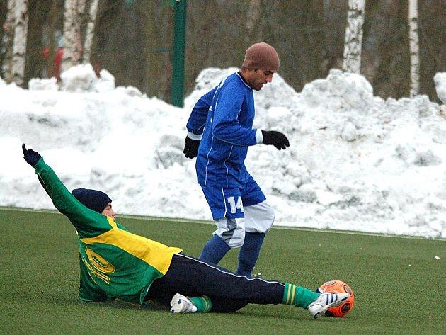 Druhým kolem pokračoval fotbalový zimní turnaj, který pořádá ve svém areálu FK Ostrov. Ve třech turnajových duelech padlo celkem osmnáct gólů. Čtyři znich pak v zápase dorostenců karlovarského 1.FC (v zeleném), kteří remizovali s Jáchymovem (v modrém) 2:2