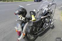 Řidič nedal přednost motorce, pak odjel, policie hledá svědky.