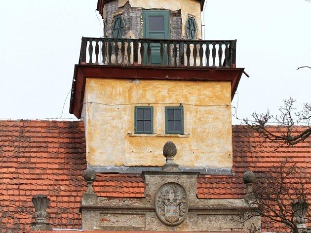 Zámek ve Štědré se po dlouhých letech dočkal nových oken a dveří. S jeho opravou začala obec.