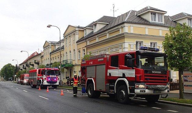 Zásah hasičů vochranných oblecích při úniku nebezpečného chlóru.