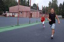 NOVÉHO SPORTOVIŠTĚ se dočkají s příchodem nového školního roku žáci ZŠ Poštovní.