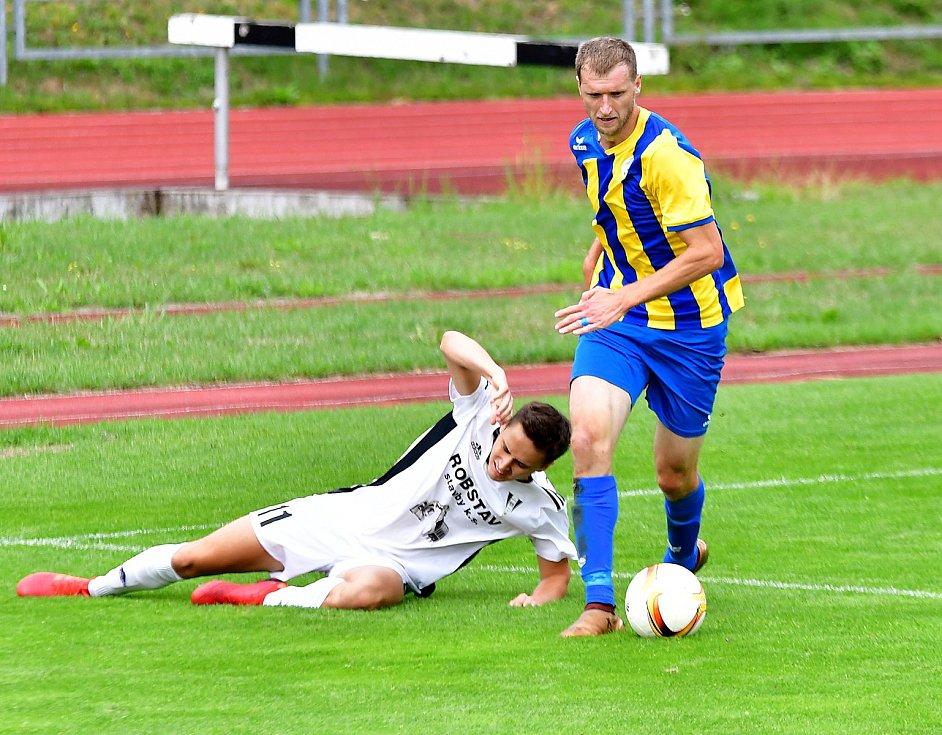 Fotbalisté z Karlovarského kraje se přece jen dočkali. Dnes se budou moci navrátit na své fotbalové stadiony, na kterých však budou muset dodržovat přísná hygienická opatření.