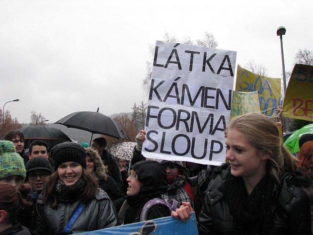 Studenti středních škol protestovali před krajským úřadem